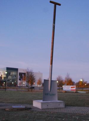 Riesengroßer Spaten zu ersteigern – Stadtwerke Flensburg spendet Erlös an den Arbeiten für die Umwelt e.V.