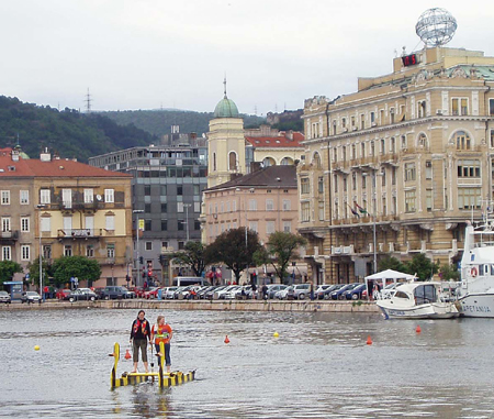 Die FH-Ente aus Flensburg holt den 1. Preis bei der Tretboot-Regatta in Kroatien