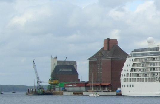 NutzerInnen des Flensburger Harniskais erklären: In Flensburg passiert was! Luftschlossfabrik besetzt!