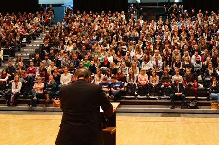 Flensburg – Universitätspräsident Prof. Dr. Werner Reinhart begrüßt knapp 1600 Erstsemester