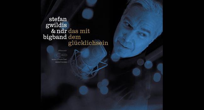 Stefan Gwildis mit NDR Bigband auf der Bühne im Deutschen Haus Flensburg