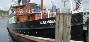 """Flensburg – Kreuzfahrtschiff MS Hamburg zur Rumregatta mit dem Salondampfer """"Alexandra"""" beim Auslaufen begleiten"""
