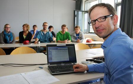 Professor holt Windrad in den Hörsaal der FH Flensburg