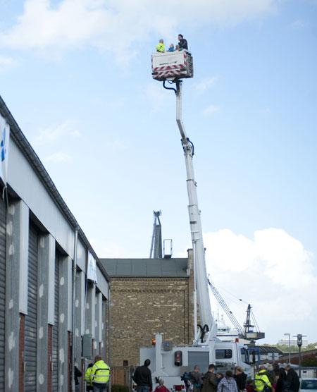 Am Samstag Freifahrten 22 m über dem Hafen mit dem Stadtwerke-Hubsteiger