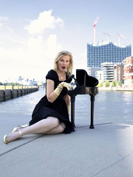 """Sonja Wilts mit ihrem Kabarett-Konzert """"Größenwahn verpflichtet!"""" in der Flensburger Stadtbibliothek"""